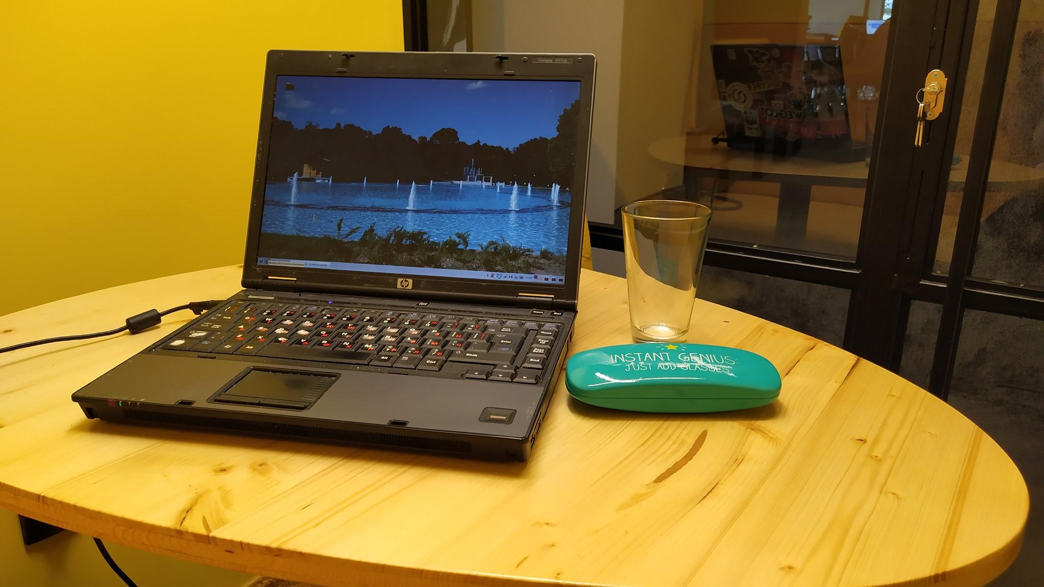 Лаптоп на маса в споделен офис